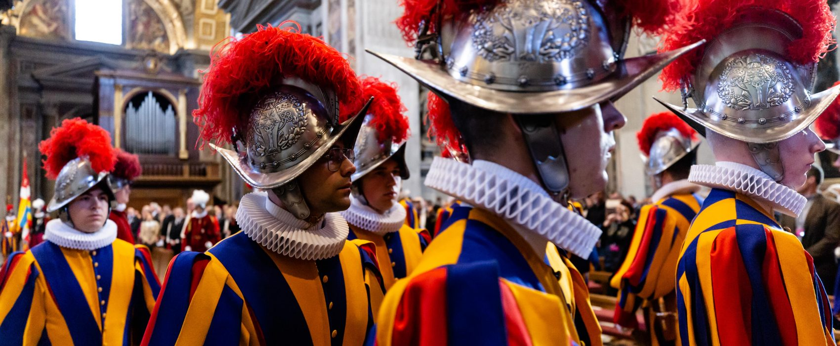 20190506 Holy Mass at the altar of the Chair of St. Peters Basilica with the Swiss Guards Daniel Ibáñez 1 1700x700 - La Guardia Suiza: el ejército más pequeño y antiguo del mundo