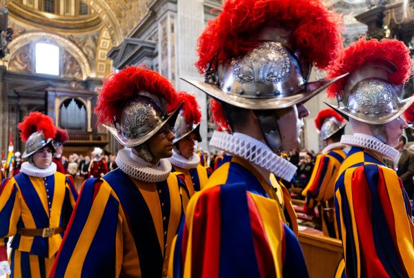 20190506 Holy Mass at the altar of the Chair of St. Peters Basilica with the Swiss Guards Daniel Ibáñez 1 600x403 - La Guardia Suiza: el ejército más pequeño y antiguo del mundo
